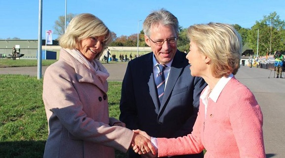 Kirstin Korte MdL zusammen mit Achim Post MdB und Bundesverteidigungsministerin Ursula von der Leyen