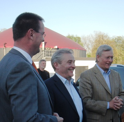 Bürgermeister Dieter Blume und Landtagsabgeordneter Friedhelm Ortgies begrüßen Minister Uhlenberg