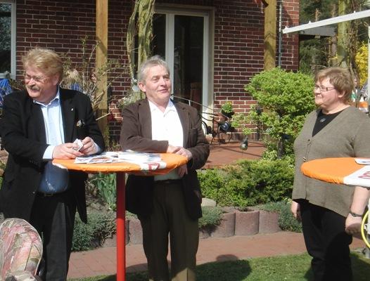 Elmar Brok und Friedhelm Ortgies werden von Margitta Kruse begrüßt