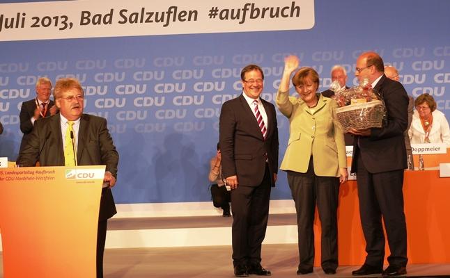 Elmar Brok, Armin Laschet und Steffen Kampeter danken Bundeskanzlerin Angela Merkel